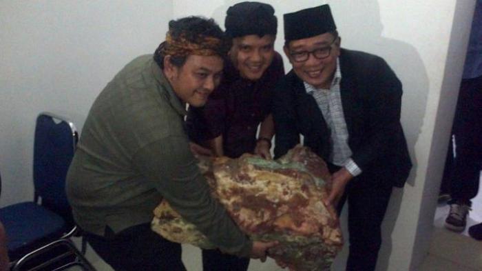 Ketua DPD RI Jawa Barat, Oni Suwarman (Oni SOS) bersama tokoh masyarakat Garut yang juga Mantan Wakil Bupati Garut, Dicky Chandra, menyerahkan bongkahan batu pancawarna seberat 60 kilogram kepada Wali Kota Bandung Ridwan Kamil, Kamis (9/4/2015).