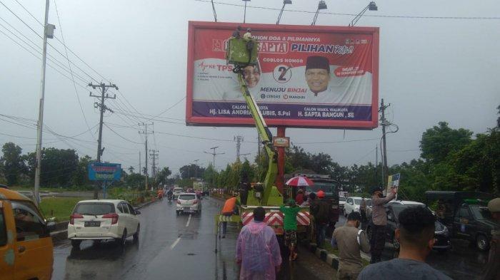 Bawaslu Binjai Tertibkan APK Ilegal Milik Tiga Paslon, 22 Billboard Lisa-Sapta Diturunkan