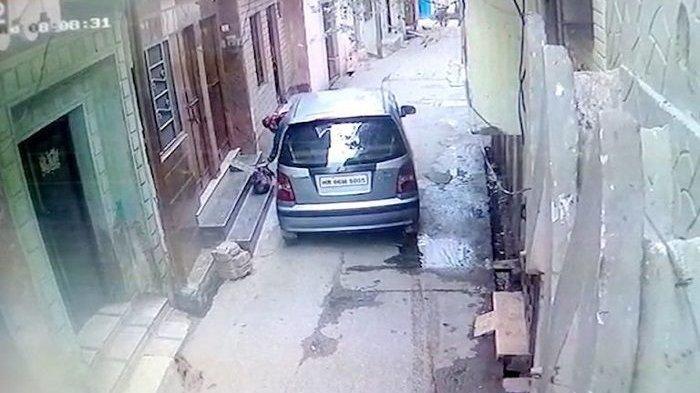Pengendara Mobil Hyundai Keluarkan Bungkusan Berisi Bayi Prematur dan Meninggalkannya di Pintu Warga