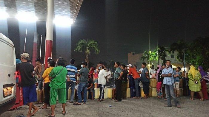 Penjual BBM Eceran Mengantre Sampai Luar SPBU di Batang Kuis, Sudah Ramai Sejak Sore