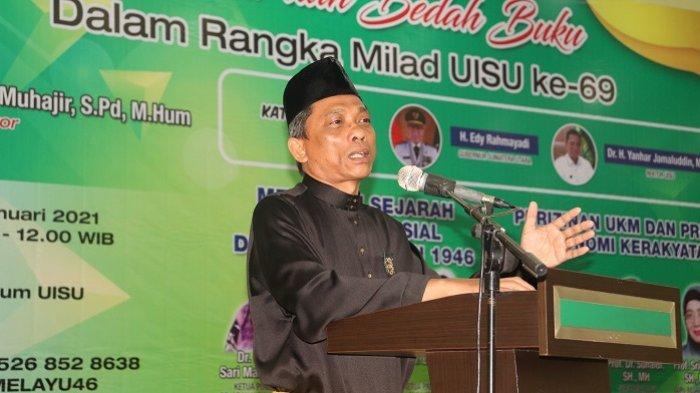 Rektor  UISU Dr. H. Yanhar Jamaluddin, MAP memberikan sambutan  saat seminar dan bedah buku dalam rangka Milad ke-69 UISU di Auditorium UISU Jalan SM Raja Medan kemarin (6/1).