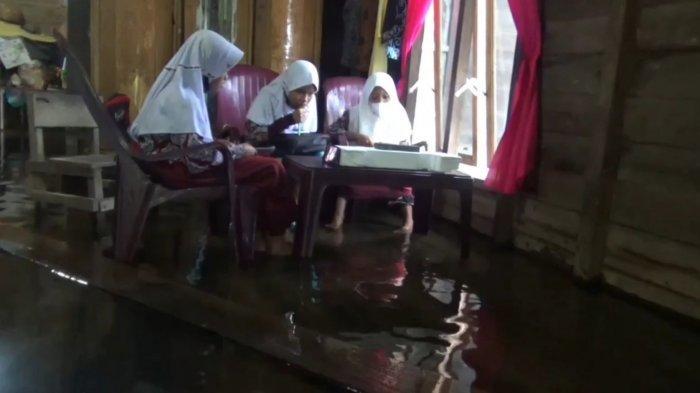 Ironi Sekali, Pelajar SD Desa Sei Dua Hulu Belajar Daring di Tengah Banjir