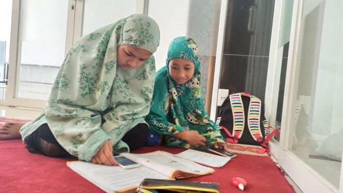 Manfaatkan Wifi Masjid untuk Belajar, Sari Senang Bisa Belajar Bersama Teman-temannya