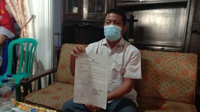 ANGGOTA DPRD Simalungun dari Fraksi Partai Berkarya, Benfri Sinaga menunjukkan LP atas pemukulan yang dialaminya oleh Koster Aprison Hutajulu