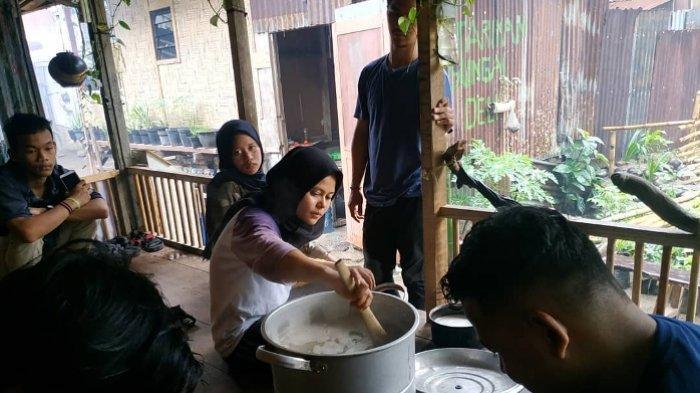 Dirikan Dapur Ramadan, Aksi Salam Sumut Berbagi Takjil Kepada Masyarakat Pinggiran Sungai Deli