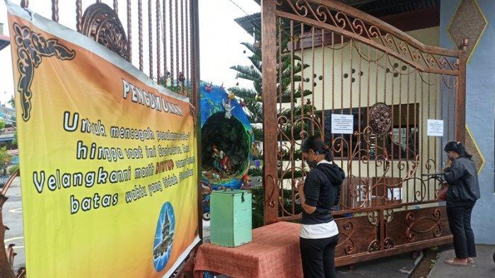 Tutup Selama Pandemi, Pengunjung Luar Kota Berdoa di Depan Gerbang Graha Maria Annai Velangkanni