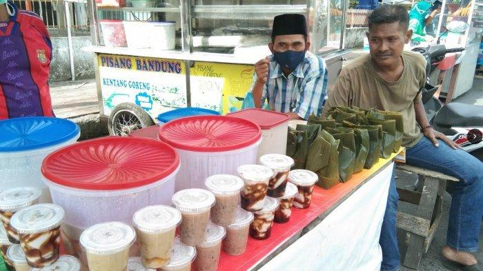 Berjejer tenant-tenant pedagang Jongkong yang merupakan penganan khas Mealayu, dan pedagang menu berbuka puasa, di Jalan H Moh Yamin Medan, simpang Jalan Perintis Kemerdekaan Kota Medan, Senin (27/8/2020).