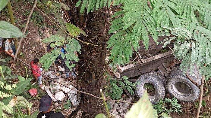 BREAKING NEWS Truk Bermuatan Batu Masuk Jurang di Toba