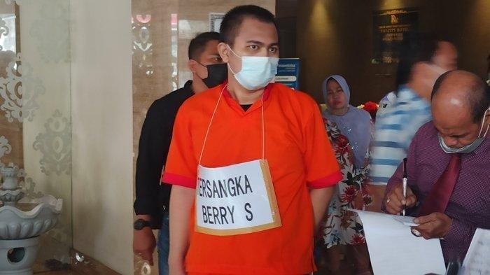 Tersangka Agus Saputra alias Berry (24) usai menjalani rekonstruksi di Hotel Rio.
