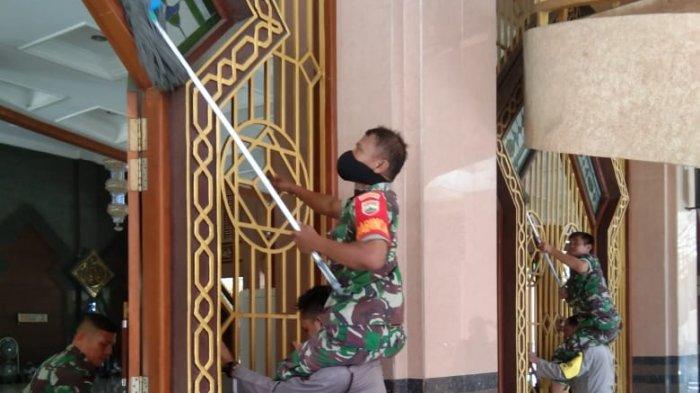 Antisipasi Penyebaran Virus Corona, Petugas Gabungan Bersihkan Masjid Agung Sibolga
