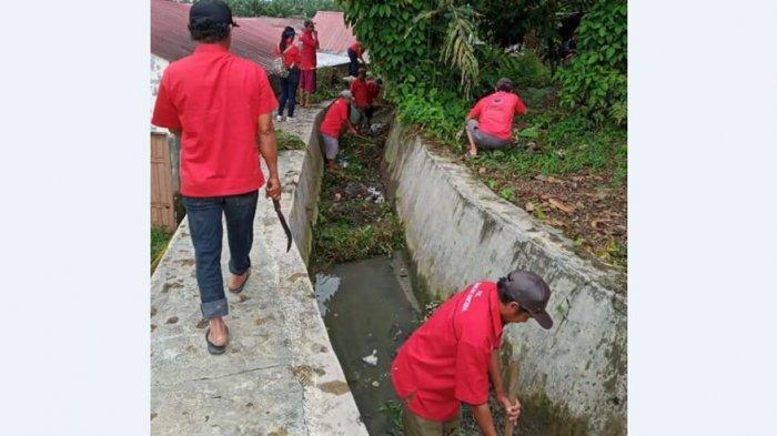 PENGURUS dan anggota DPC PDI Perjuangan Kota Pematangsiantar melakukan aksi bersih lingkungan dalam perayaan HUT PDI Perjuangan ke-48 di Pematangsiantar, Minggu (10/1/2020).