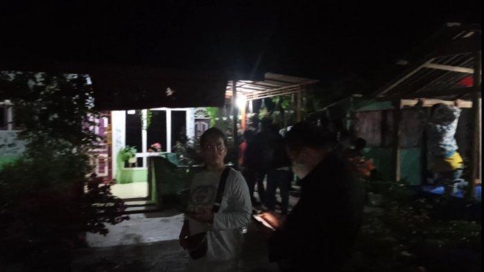 Masa kepung rumah diduga Owner investasi BMW Sugianto alias Anto di Dusun 7, Desa Punggulan, Kecamatan Air Joman, Kabupaten Asahan, Jumat (13/11/2020).