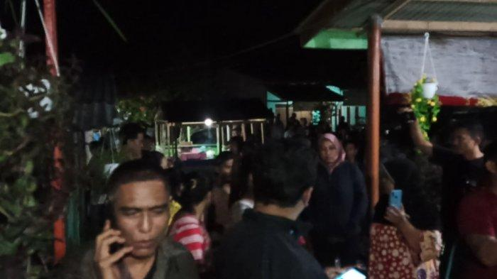Rumah milik Sugianto alias Anto dikepung warga yang merasa tertipu investasi, Jumat (13/11/2020).