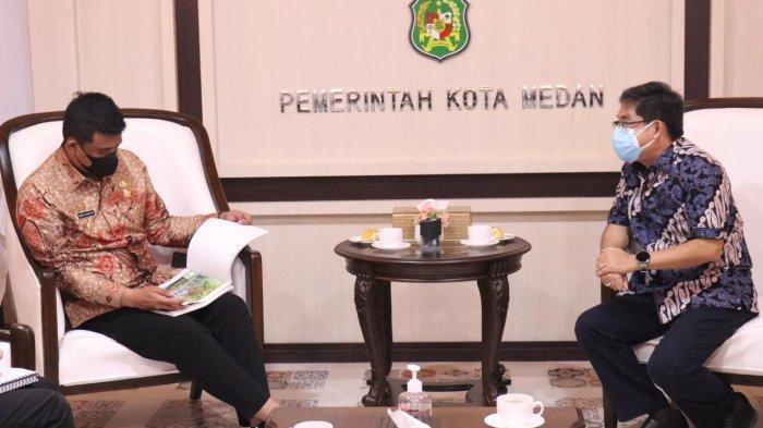 Wali Kota Medan, Bobby Nasution berbincang-bincang sembari melihat data saat menerima audiensi pimpinan STA Resources dan PT MSA