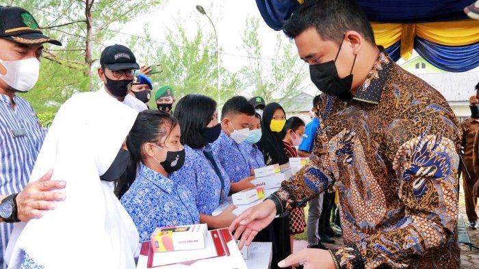 Dukung Sekolah Daring, Walkot Bobby Berikan Laptop dan Modem ke Siswa SMPN 26 Medan