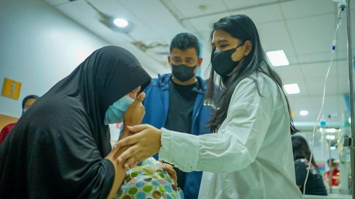 Bobby Nasution Jenguk Bayi Penderita Astresia Bilier, Kahiyang Ayu Sampai Menangis Terharu