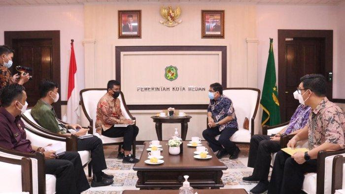 Wali Kota Medan Bobby Nasution menerima audiensi dari STA Resources dan PT MSA, di Ruang Khusus Wali Kota Medan. Saat audiensi, ia menyatakan Pemerintah Kota Medan tidak akan mempersulit investor.