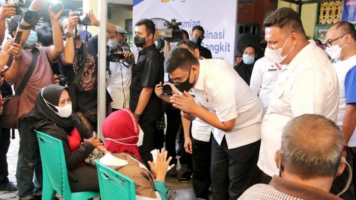 Santunya Bobby Nasution Menyapa Warga yang Sedang Vaksin Covid-19 di Medan Selayang