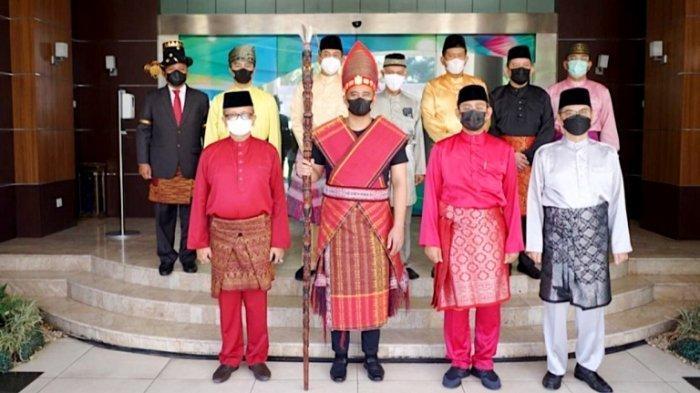 Momen Wali Kota Medan Bobby Nasution Kenakan Pakaian Adat Batak Toba saat Upacara Hari Pancasila