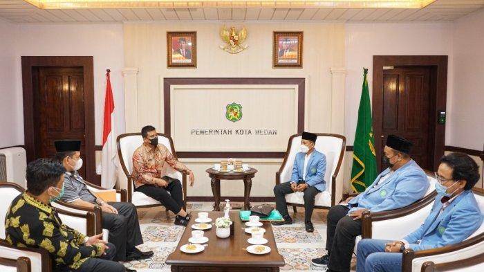Wali Kota Medan, Bobby Nasution menerima audiensi BPD BKPRMI Kota Medan. Mereka membahas perihal masjid mandiri.
