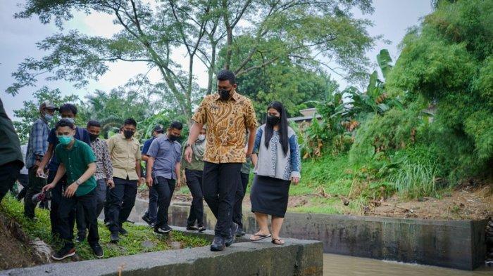 Bobby Nasution dan Kahiyang Ayu Tembus Hujan di Hutan Kota Kanal