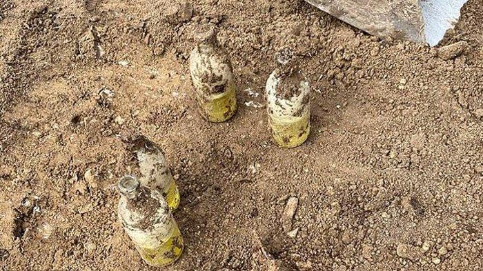 Gali Tanah untuk Renovasi Rumah, Pria Ini Temukan 'Botol Susu' Terkubur, saat Ditarik Malah Berasap