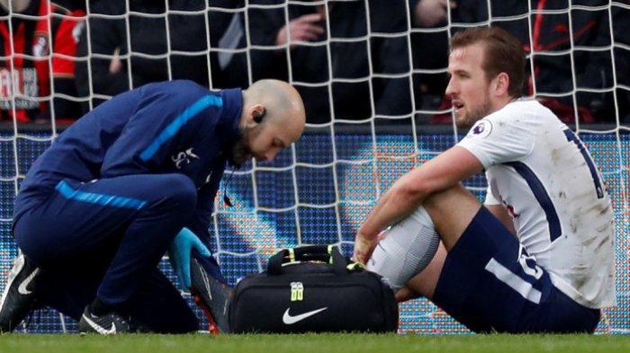 Bomber Tottenham Hostpur, Harry Kane, mendapat penanganan medis setelah mengalami cedera pergelangan kaki di pertandingan melawan Bournemouth di Stadion Vitality, Minggu (11/3/2018) malam WIB.