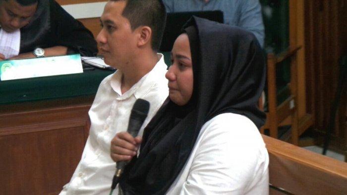 Bos First Travel Anniesa Hasibuan tak bisa menahan tangis saat diperiksa sebagai terdakwa dalam persidangan di Pengadilan Negeri Depok, Jawa Barat, (23/4/2018). (Fransiskus Adhiyuda/Tribunnews.com)
