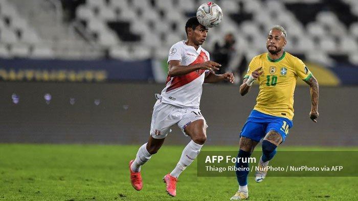 Pemain Tim Nasional Brasil Neymar (kanan) membayang-bayangi lawannya dari Peru pada babak Semi Final Copa America 2021 di Brasil, kemarin. Brasil menang 1-0 dan melangkah ke final