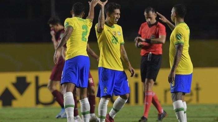 Roberto Firmino (tengah) dari Brasil merayakan dengan rekan satu timnya setelah mencetak gol melawan Venezuela selama pertandingan sepak bola kualifikasi Piala Dunia FIFA 2022 tertutup di Stadion Morumbi di Sao Paulo, Brasil, pada 13 November 2020.