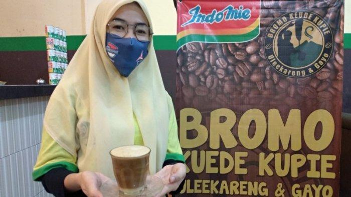 KARYAWAN Bromo Keude Kupie MMTC memegang Kopi Sanger panas, di Komplek MMTC Blok Q No 36-37, Jalan Selamat Ketaren Medan.