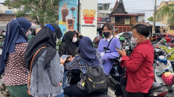 Fans BTS yang sedang menunggu untuk membeli makanan cepat sajiMcDonald Indonesia yang berkolaborasi dengan Boy Band asal Korea Selatan BTS, di McDonald, Jalan Sisingamangaraja, Medan, Sumatera Utara.