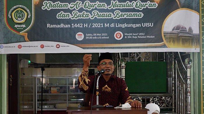 Dr. H. Abdul Rahman, Lc. MA sedang menyampaikan ceramah memaknai peringatan nuzulul quran di Masjid Jami UISU Jalan SM Raja Medan jelang beruka puasa Sabtu (8/5)