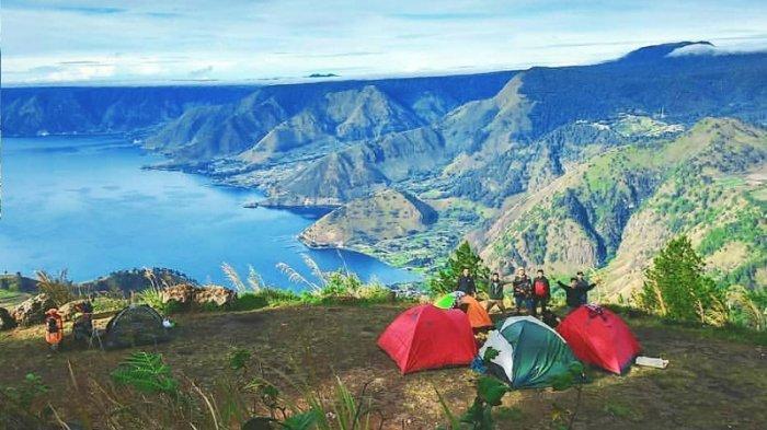 Asyiknya Kemping Sembari Menikmati Pemandangan Danau Toba dari Atas Bukit Gundul