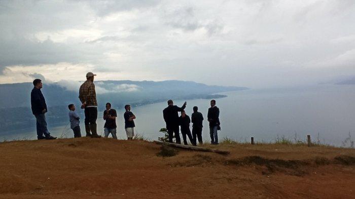 MENIKMATI Keindahan dan Panorama Danau Toba dari Atas Bukit Senyum