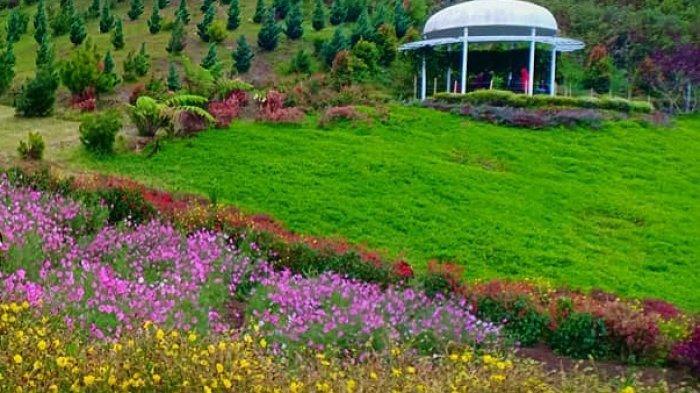 Taman Seribu Bunga di Kota Berastagi, Sumatera Utara.