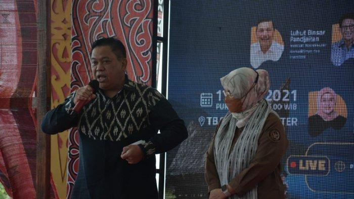 Bupati Eddy Berutu Tunjukkan Ulos Silalahi ke Peserta Konferensi: Ini Produk Echo Fashion