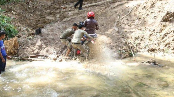 Bupati Taput Nikson Nababan saat berada di dusun Pungga, Kecamatan Parmonangan, Kabupaten Taput sejak Senin (28/6/2021) hingga Rabu (30/6/2021). (Tribun-medan.com/HO)