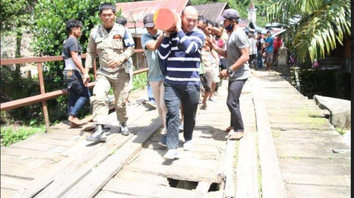 BUPATI Taput Nikson Nababan 'Mandi Lumpur' Bersama Masyarakat saat Ikut Bangun Jalan di Dusun