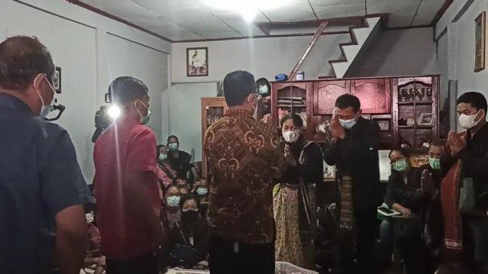 GURU SD TEWAS - Bupati Poltak Sitorus sambangi rumah duka di Desa Lumban Lobu, Kecamatan Bonatualunasi, Kabupaten Toba pada Rabu (26/5/2021). (Tribun-medan.com/ Maurits Pardosi)