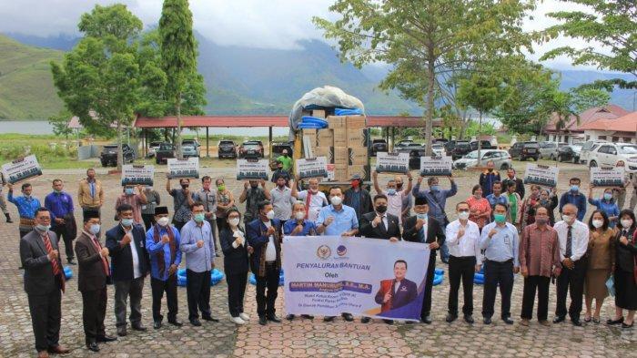 Hari Pertama Kerja, Vandiko Gultom Bareng Martin Manurung Serahkan Bantuan Kepada Poktan