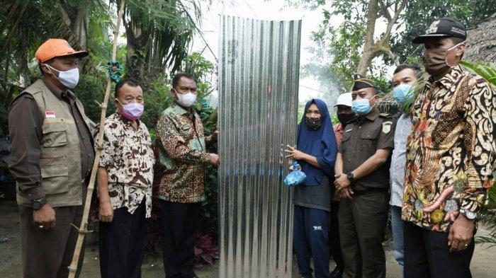 Bupati Darma Wijaya Bantu Warga Sergai yang Rumahnya Kena Angin Puting Beliung