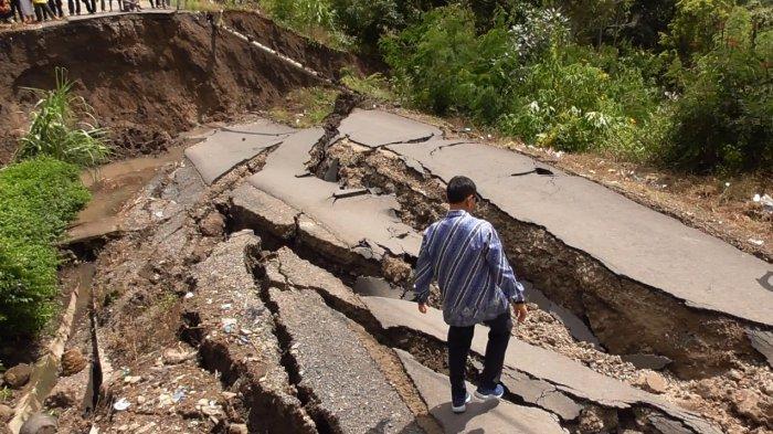 Tinjau Longsor di Tigaras, JR Saragih: Akses Jalan Harus Segera Dibenahi