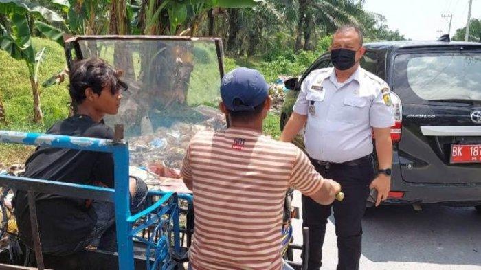 Camat Perbaungan Tangkap Basah Pembuang Sampah Sembarangan, Adang Pelaku Pakai Mobil