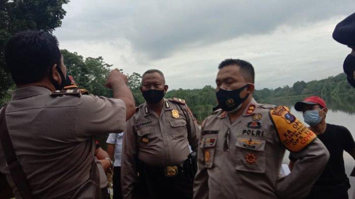 TRIBUN MEDAN / HO Kapolres Langkat, AKBP Edi Suranta Sinulingga dan ratusan warga melakukan pencarian tiga anak SD yang hilang misterius di Kecamatan Salapian, Langkat, Kamis (21/10/2020).