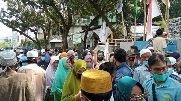 Ceramah UAS di Masjid Amal Silaturahim, Senin (4/1/21) dipadati jamaah hingga Jalan di depan masjid terpaksa ditutup dari pengendara.  Area lampiran