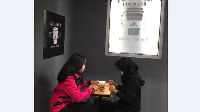 PENGUNJUNG menikmati sajian kopi di Cerita Kita Coffee Shop.
