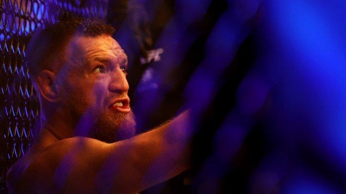 Conor McGregor duduk di atas matras setelah mengalami cedera pergelangan kaki pada ronde pertama dalam pertarungan melawan Dustin Poirier pada UFC 264Conor McGregor dari Irlandia duduk di atas matras setelah mengalami cedera pergelangan kaki pada ronde pertama dalam pertarungan ringannya melawan Dustin Poirier selama UFC 264 di T-Mobile Arena, Las Vegas, Nevada, Minggu (11/7/2021).