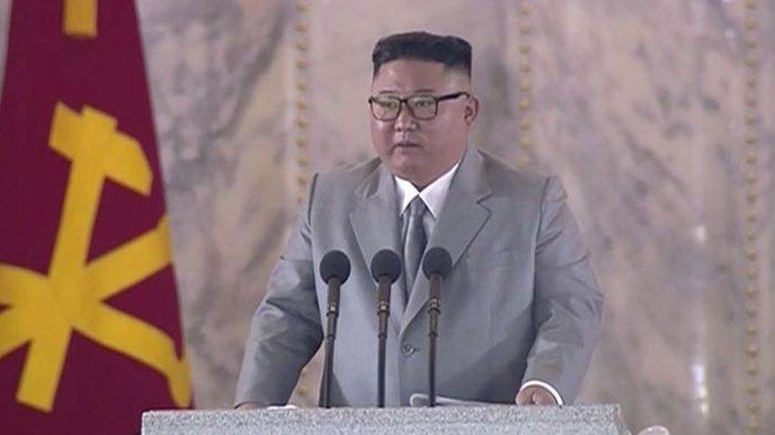 Dalam foto yang merupakan tangkapan layar dari kanal televisi Korea Utara KRT pada 10 Oktober 2020, nampak Kim Jong Un memberikan pidato dalam parade militer untuk merayakan 75 tahun Partai Buruh di Pyongyang.