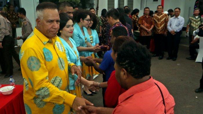 Kapolda Sumut Irjen Paulus Waterpauw dan keluarga menyambut para tamu yang datang ke rumah mereka, Senin (25/12/2017) lalu.